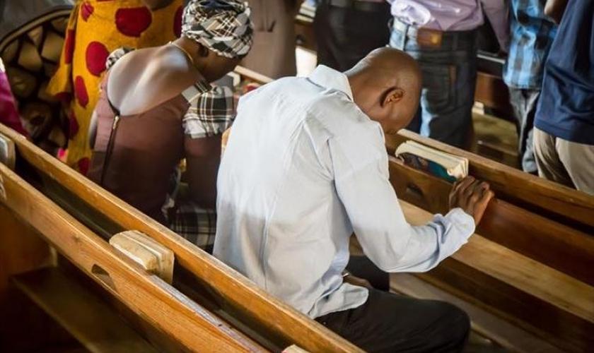Cristãos em culto na Nigéria. (Foto: Open Doors).