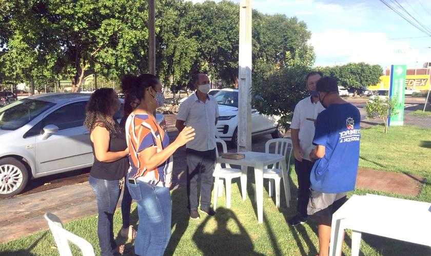O projeto lançado hoje (1) vai oferecer suporte espiritual e emocional a familiares de pacientes internados com Covid-19 em quatro hospitais em Rondonópolis no Mato Grosso. A Iniciativa é da Associação dos Ministros do Evangelho da cidade e também vai ate