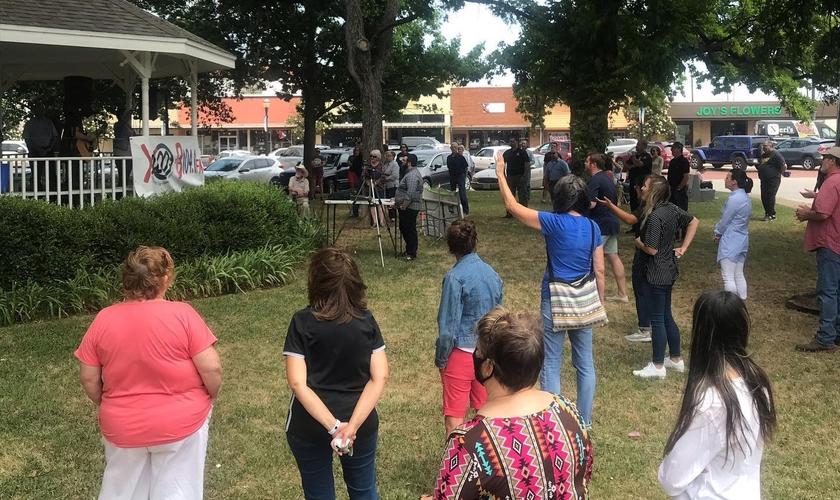 Fiéis em momento de oração em Newcastle, no Texas. (Foto: Christian Hope Church)