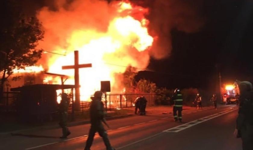 Duas igrejas foram incendiadas na região de La Araucanía, no Chile. (Foto: Twitter/APRA Chile)
