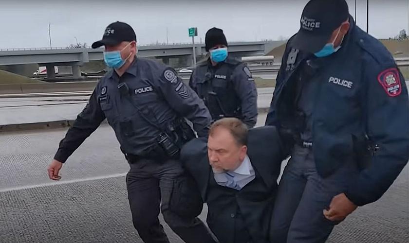 O vídeo da prisão no sábado foi compartilhado no YouTube. (Foto: Artur Pawlowski TV)