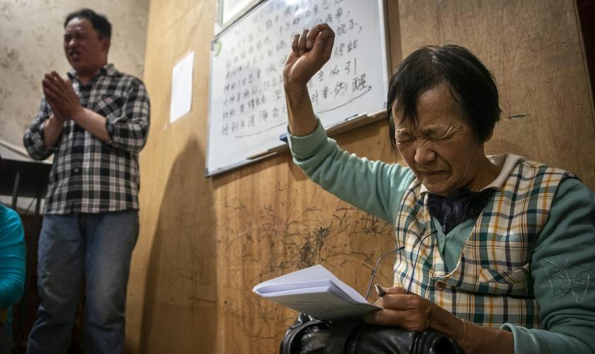 Pequeno grupo de cristãos se reúne para adorar no Leste Asiático. (Foto: International Mission Board)