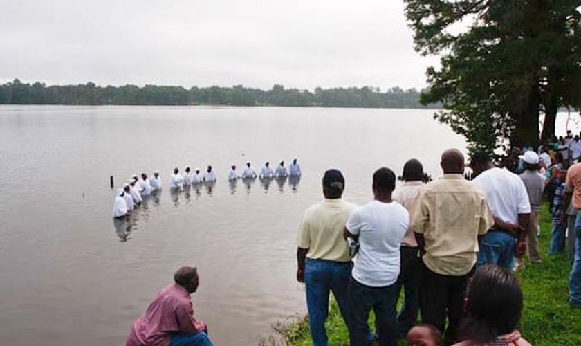 Imagem ilustrativa de batismo no Lake Providence, na Luisiana. (Foto: Susan Roach)