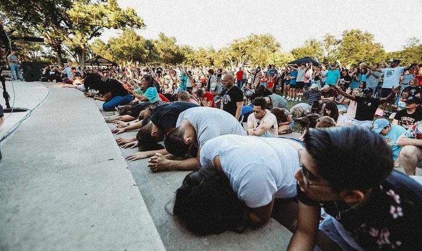 """Evento """"Let Us Worship"""" tem reunido milhares de pessoas nos EUA. (Foto: Sean Feucht)"""