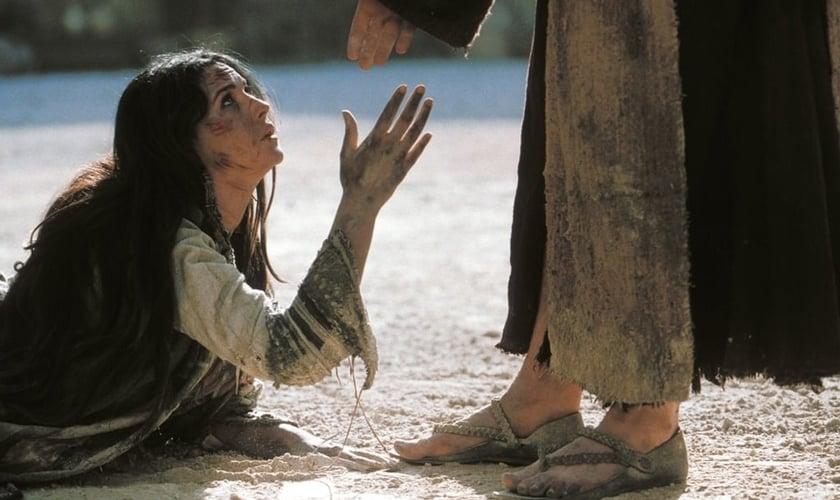 Cena da mulher pega em adultério, retratada no filme A Paixão de Cristo. (Foto: Reprodução)