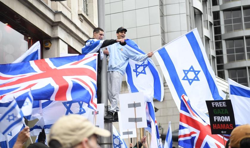 Jovens manifestantes pró-Israel em Londres. (Foto: PA Wire)