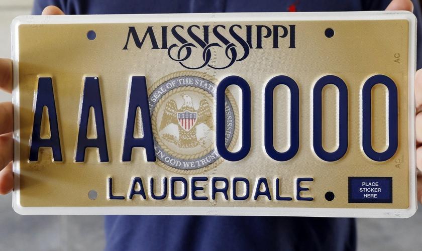 """Placa padrão do Mississippi tem a frase """"In God We Trust"""", traduzida como Em Deus Nós Confiamos. (Foto: AP/Rogelio V. Solis)"""
