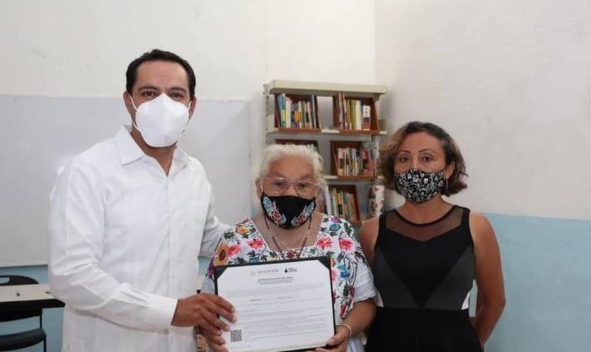 María Luisa recebeu o diploma pelo governador de Yucatán, no México. (Foto: Facebook/Maurício Vila Dosal)