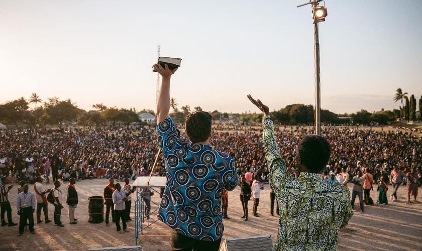 Pregação durante cruzada evangelística na Tanzânia. (Foto: Christ for all Nations USA)