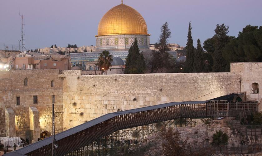 Ponte de madeira que liga o complexo do Muro das Lamentações ao Monte do Templo em Jerusalém. (Foto: Nati Shohat/Flash90)