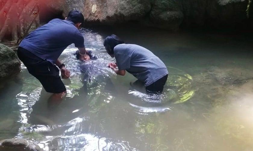 Ruth*, a primeira crente em um grupo de pessoas não alcançadas nas montanhas do sudeste da Ásia, foi batizada em 2019. (Foto: IMB).