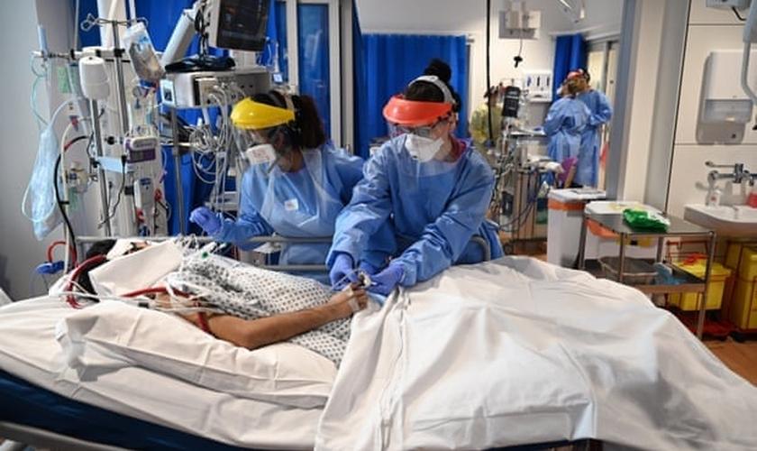 Imagem ilustrativa de equipe clínica cuidando de paciente na UTI. (Foto: Neil Hall/Getty Images)