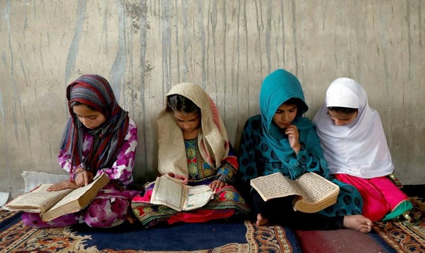 Meninas afegãs durante leitura em escola de Cabul, Afeganistão. (Foto: Mohammad Ismail/Reuters)