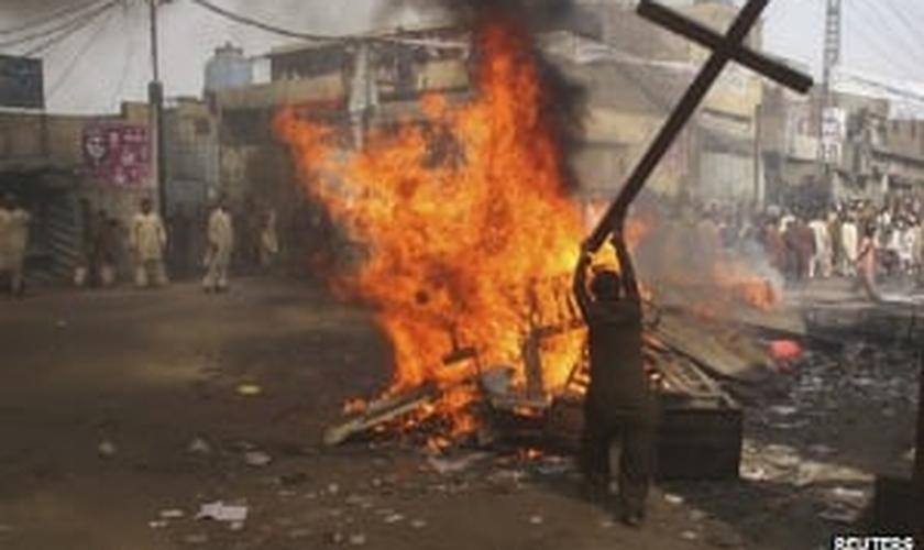 Foto de um ataque contra cristãos no Paquistão