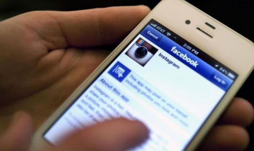 Um homem foi condenado a um ano de prisão por negar a existência de Deus nas redes sociais. (Foto: Reprodução)