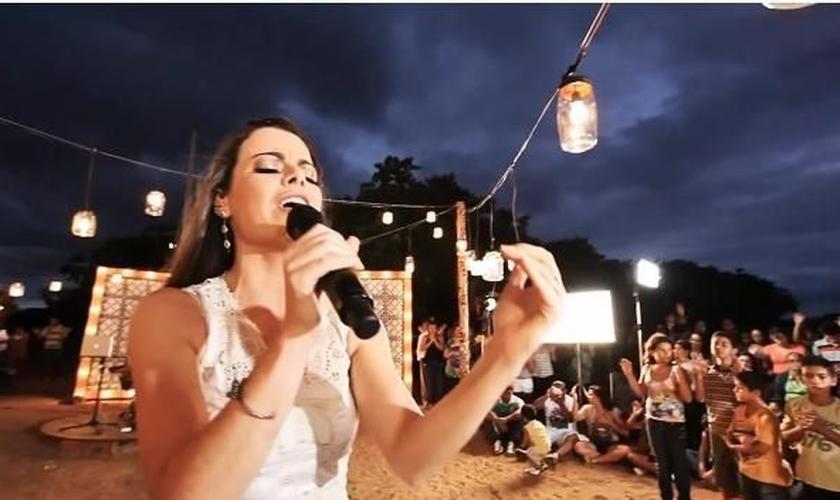 Ana Paula Valadão em apresentação no DVD Tu Reina, último lançamento do grupo.