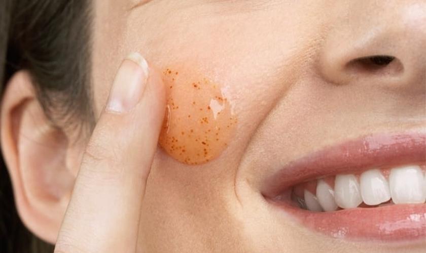 A esfoliação renova as células do corpo e deixa a pele mais natural, lisa e macia. (Foto: Dicas de Mulher)