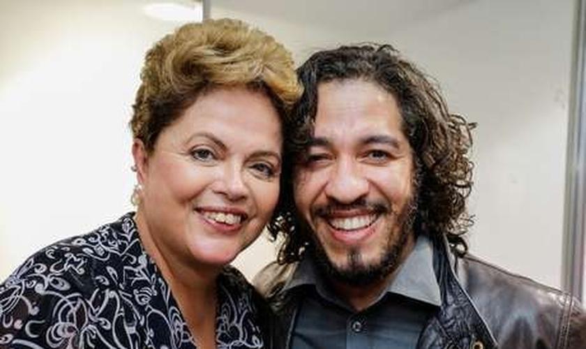 """Dilma Rousseff e Jean Wyllys firmaram acordos em favor da """"causa gay"""" já no segundo turno das eleições, em 2014"""