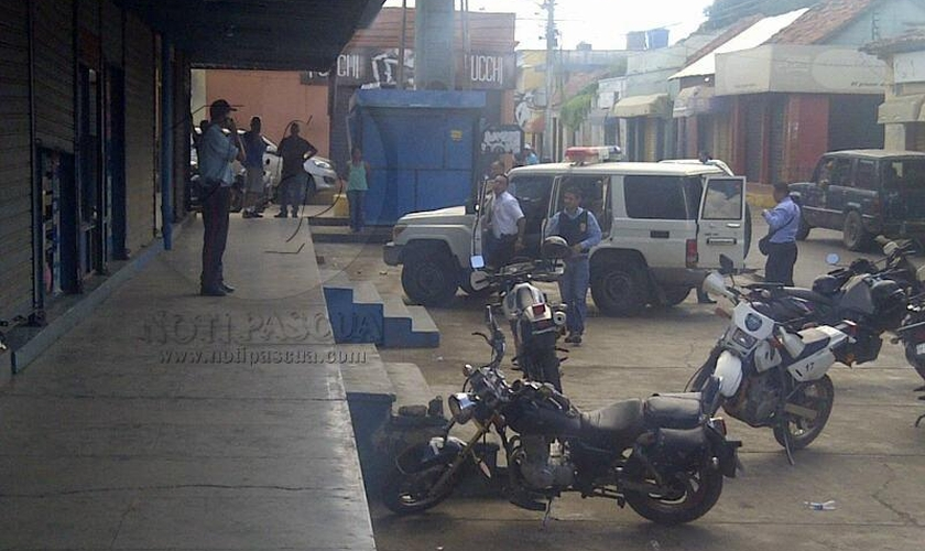 Polícia estacionada em frente à loja de sapatos, em Valle de la Pascua (Venezuela)