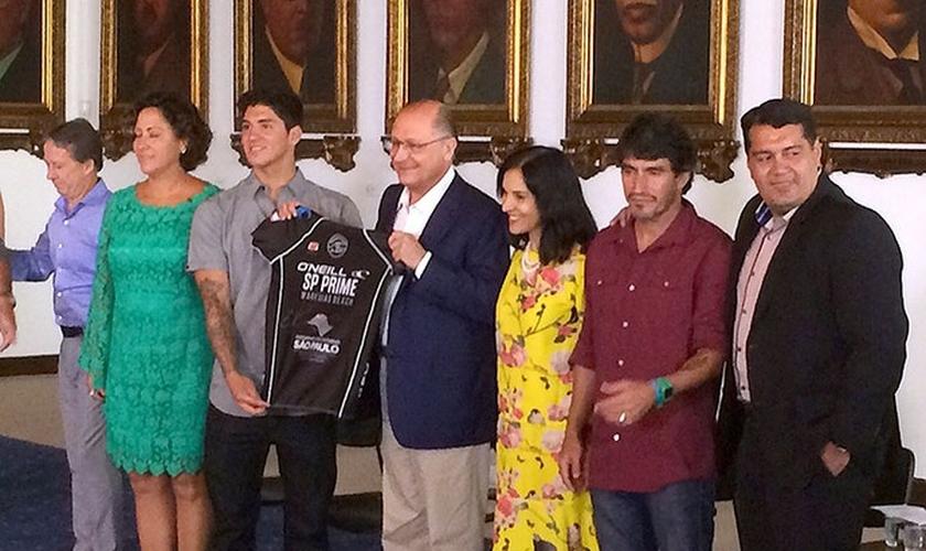 Medina recebendo de Geraldo Alckmin honraria