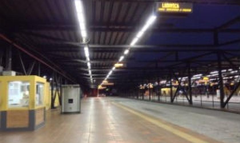 terminal de ônibus vazio
