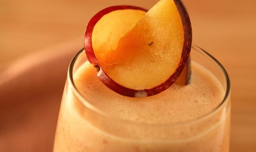 Suco de laranja com banana e ameixa fresca
