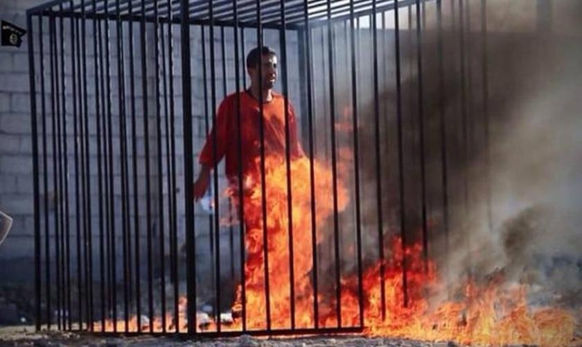 piloto sendo queimado pelo Estado Islâmico
