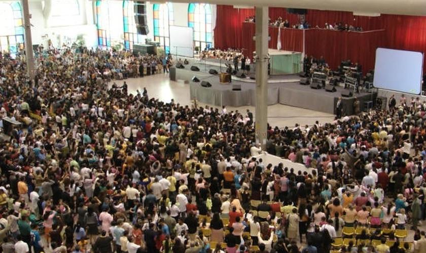 Igreja Pentecostal Deus é Amor, durante culto.