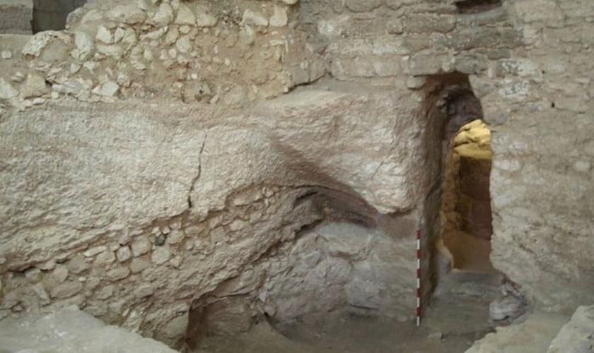 A casa foi parcialmente construída com paredes de argamassa e pedra, apoiada numa encosta rochosa.