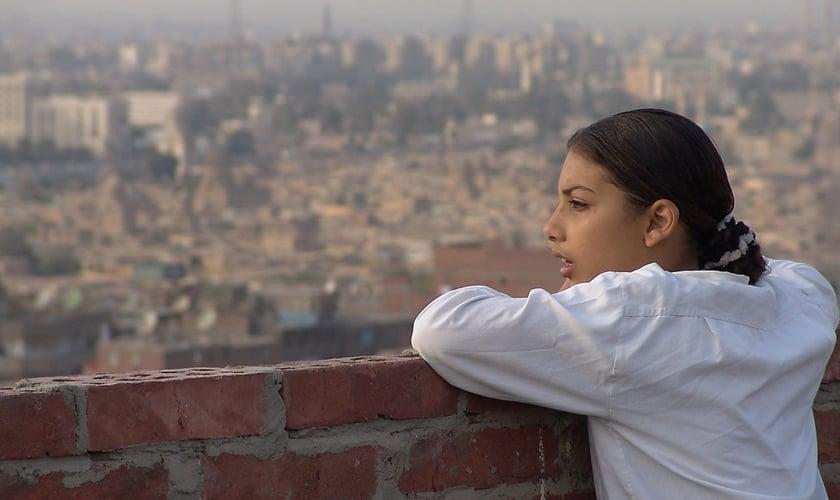 Menina do alto de uma construção olhando a vista do Oriente Médio. (Foto: Reprodução/ Open Doors USA)