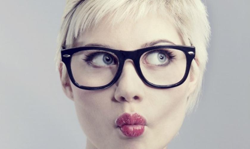 Dicas de maquiagem para valorizar o rosto de quem usa óculos