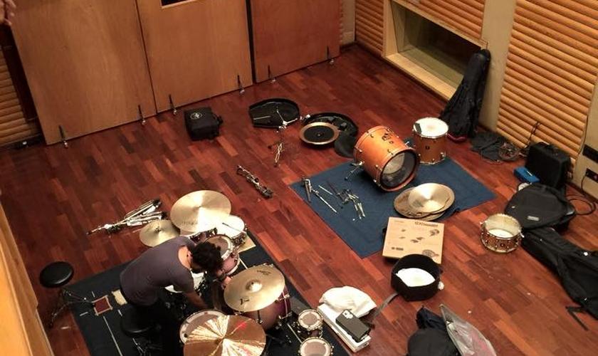 Juliano Son publicou foto da montagem do estúdio para gravação