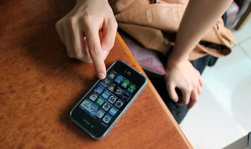 Desligue o seu celular e se volte para Deus. (Foto: Reuters/Staff)