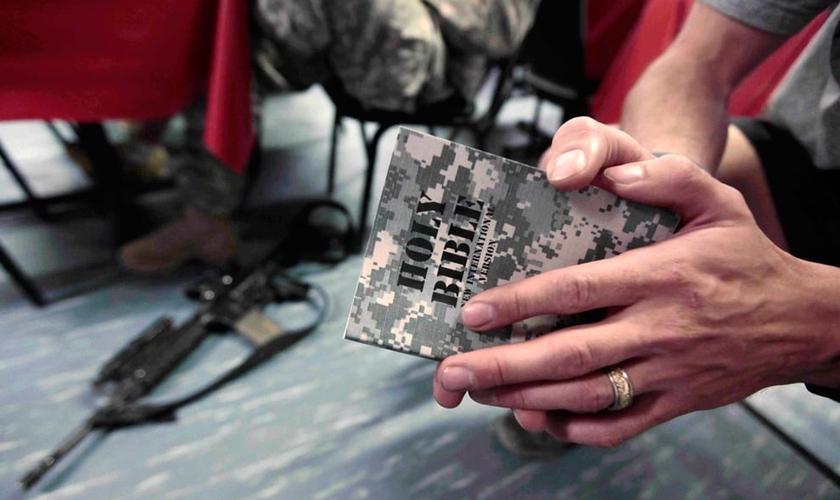 Soldado americano no Afeganistão, nos combates de 2009, lendo a Bíblia.