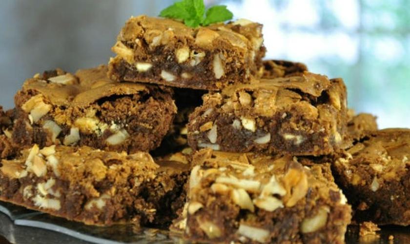Brownie crocante leva pedaços de chocolate branco