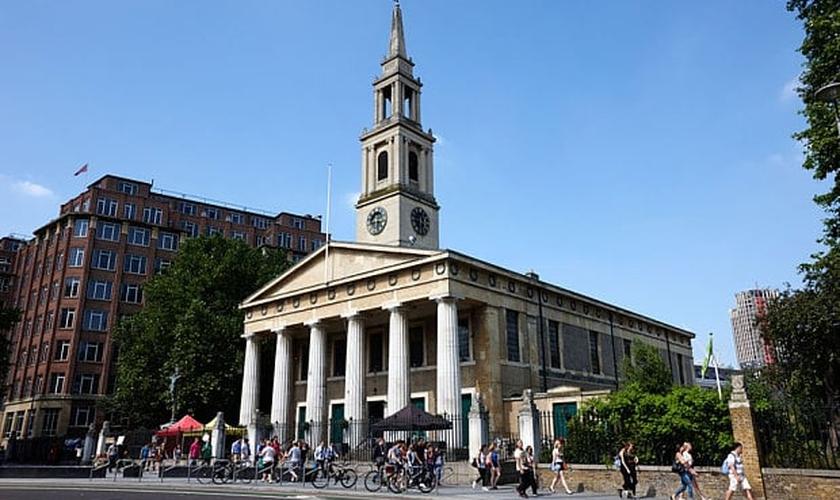 """Dezenas de muçulmanos participaram do evento """"Mesquita Inclusiva"""", realizada na igreja de São João, em Londres."""