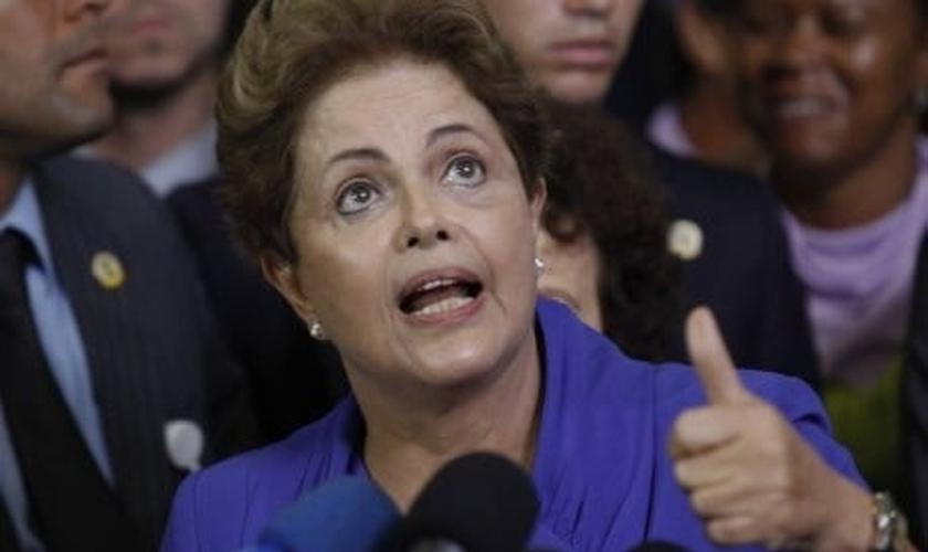 Dilma Rousseff é suspeita de usar de manobras políticas para ajudar Lula a se livrar das investigações da Operação Lava Jato.