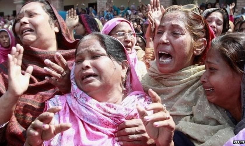 Cristãs no funeral das vítimas do atentado terrorista cometido contra duas igrejas em Lahore (Paquistão).