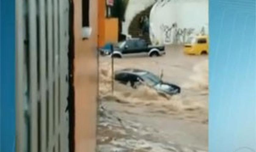 Carro levado pelas enchentes em Taboão da Serra