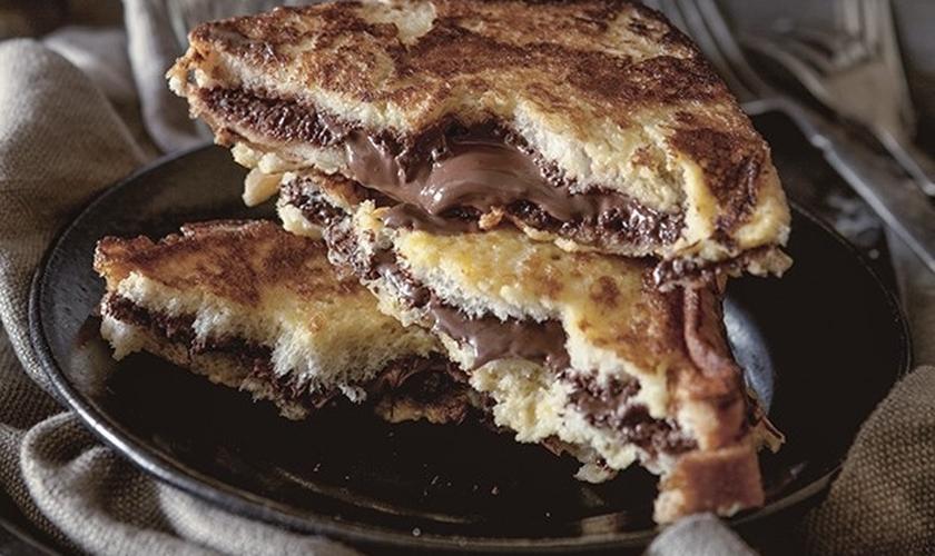 Rabanada recheada com chocolate