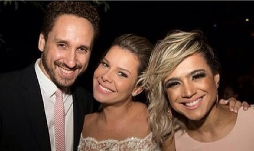 Fernanda Souza em seu casamento com Leonardo Gonçalves e Daniela Araújo