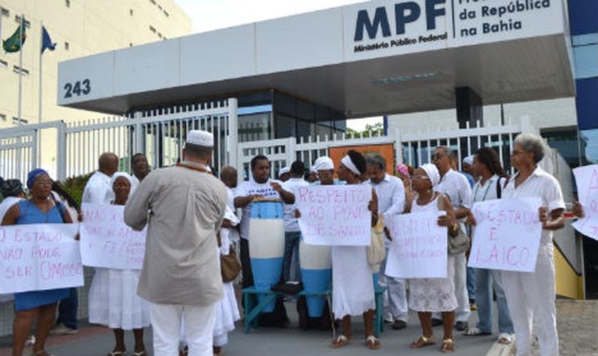 Trajando roupas de rituais, líderes do candomblé estiveram em frente ao Ministério Público Federal da Bahia. (Tribuna da Bahia/ Romildo de Jesus)