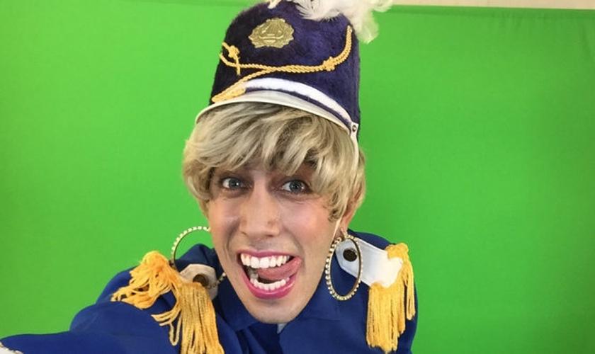 O ator Jonathan Nemer, do canal do YouTube Desconfinados, vestido como Xuxa. (Youtube/ Desconfinados)