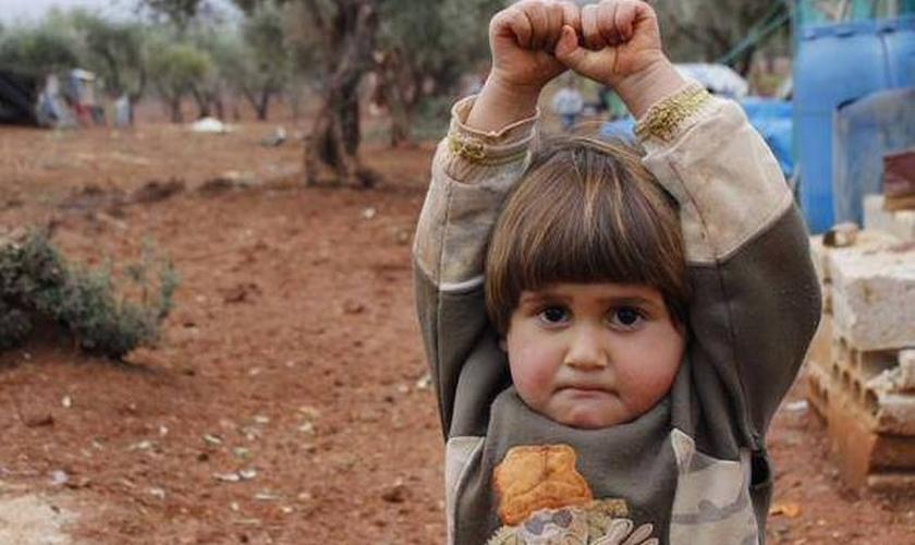 Criança síria se rende em foto