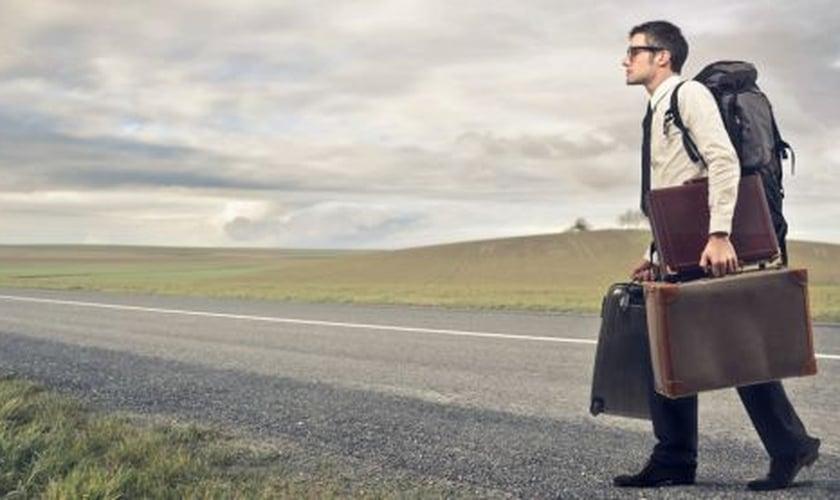 Homem cheio de bagagem _ imagem ilustrativa