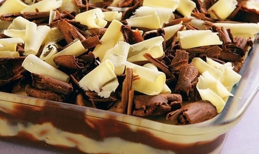 Pavê de chocolate branco e chocolate meio amargo