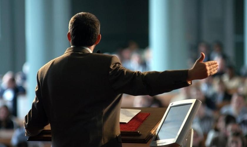 Pregador no púlpito