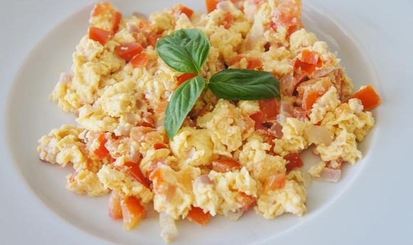 Ovos mexidos com legumes