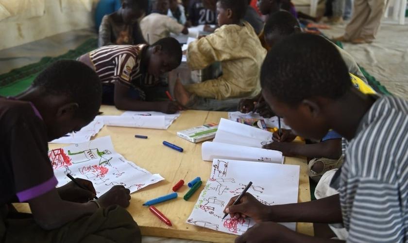 As ações terroristas do grupo radical Boko Haram estão impedindo o acesso de mais de 1 milhão de crianças à escola na Nigéria. (Foto: AFP)