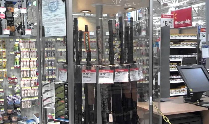 Armas de alta capacidade expostas a venda, em uma unidade do Walmart.